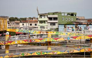 Passarelas na Favela da Maré, Rio de Janeiro - Fonte: Clarissa Pivetta, 2012